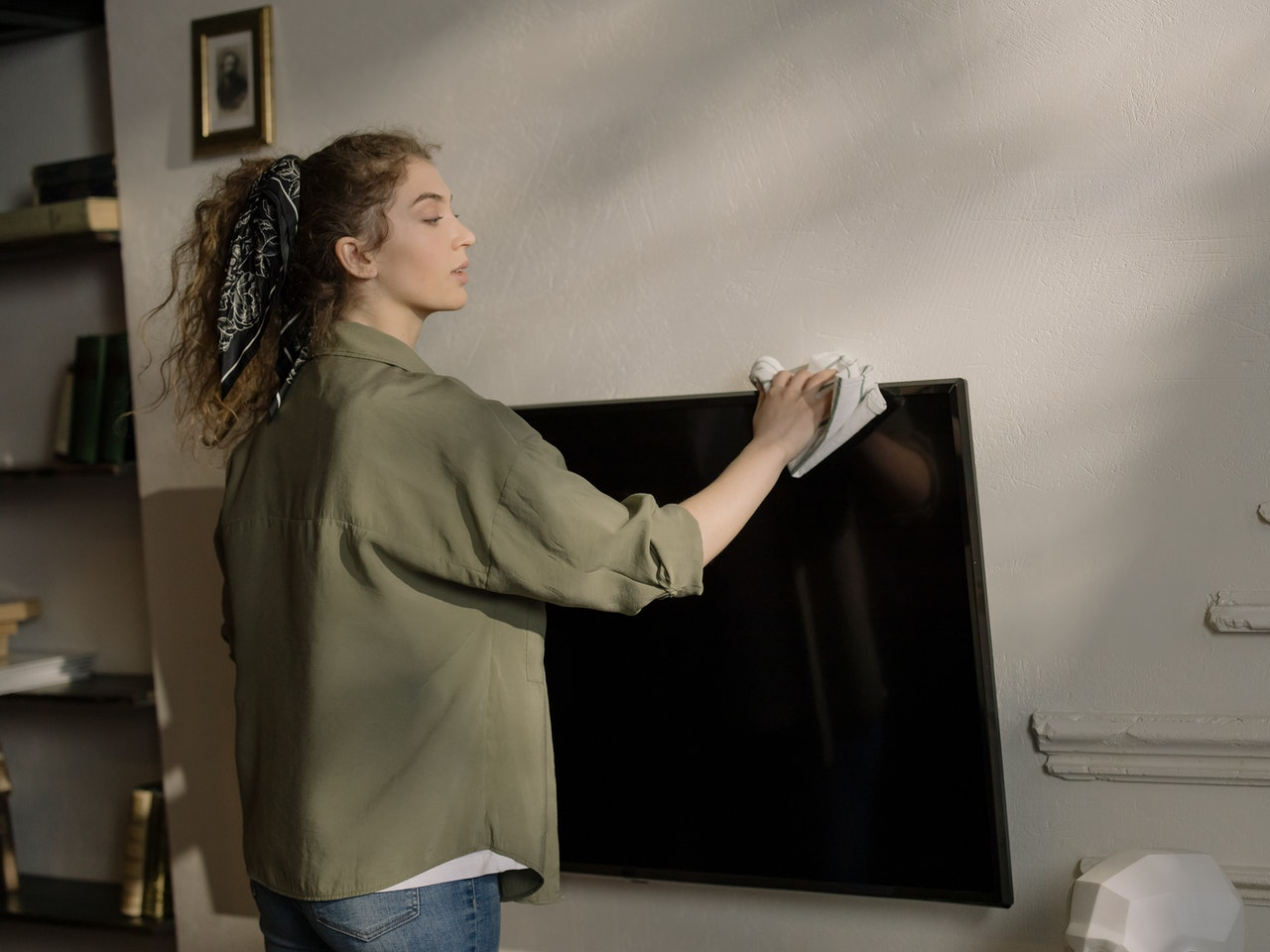 How to Pack a TV for Moving: The Worst Mistakes To Do While Packing